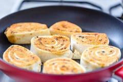 Ciérrese para arriba de la tortilla asada a la parrilla fresca envuelve con el relleno Rollos fritos de la tortilla en una cacero imagen de archivo libre de regalías