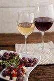 Ciérrese para arriba de las aceitunas servidas con el vino Foto de archivo