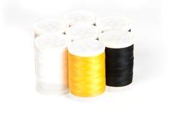 Ciérrese para arriba de las bobinas coloreadas de la cuerda de rosca Imagen de archivo