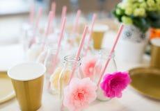 Ciérrese para arriba de las botellas de cristal para las bebidas con la paja Fotos de archivo