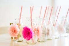 Ciérrese para arriba de las botellas de cristal para las bebidas con la paja Imágenes de archivo libres de regalías