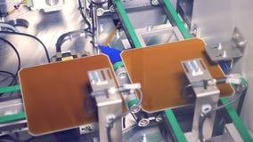 Ciérrese para arriba de las células solares del módulo que van a lo largo de la banda transportadora Concepto de la energía alter almacen de metraje de vídeo