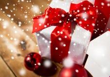 Ciérrese para arriba de las cajas de regalo y de las bolas rojas de la Navidad Foto de archivo
