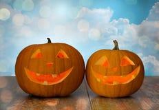 Ciérrese para arriba de las calabazas talladas de Halloween en la tabla Foto de archivo