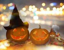 Ciérrese para arriba de las calabazas talladas de Halloween en la tabla Fotografía de archivo