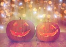 Ciérrese para arriba de las calabazas talladas de Halloween en la tabla Imagen de archivo libre de regalías