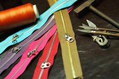 Ciérrese para arriba de las cremalleras coloridas para el negocio hecho en casa del cuero y de la tela Imagen de archivo libre de regalías