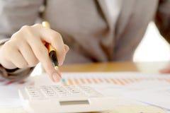 Ciérrese para arriba de las empresarias contable o banquero que hace cálculos Sav imagenes de archivo