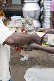 Ciérrese para arriba de las estatuas hechas a mano mano del ídolo de Ganesha exhibidas en el mercado durante Ganesh Festival Fotos de archivo libres de regalías
