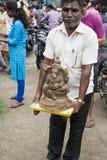 Ciérrese para arriba de las estatuas hechas a mano mano del ídolo de Ganesha exhibidas en el mercado durante Ganesh Festival Fotografía de archivo