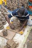 Ciérrese para arriba de las estatuas hechas a mano mano del ídolo de Ganesha exhibidas en el mercado durante Ganesh Festival Imágenes de archivo libres de regalías