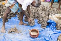 Ciérrese para arriba de las estatuas hechas a mano mano del ídolo de Ganesha exhibidas en el mercado durante Ganesh Festival Fotos de archivo