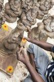 Ciérrese para arriba de las estatuas hechas a mano mano del ídolo de Ganesha exhibidas en el mercado durante Ganesh Festival Imagen de archivo