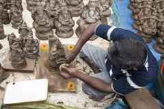 Ciérrese para arriba de las estatuas hechas a mano mano del ídolo de Ganesha exhibidas en el mercado durante Ganesh Festival Foto de archivo