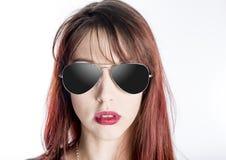 Ciérrese para arriba de las gafas de sol que desgastan de la mujer joven fotos de archivo