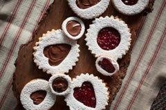 Ciérrese para arriba de las galletas de la tarjeta del día de San Valentín en corteza de árbol Imágenes de archivo libres de regalías