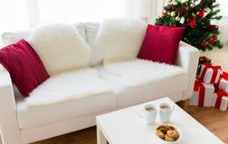 Ciérrese para arriba de las galletas y de las tazas de la Navidad en la tabla Fotografía de archivo