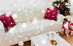 Ciérrese para arriba de las galletas y de las tazas de la Navidad en la tabla Fotos de archivo libres de regalías