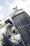 Ciérrese para arriba de las insignias de Bentley y del ornamento del capo motor Imagenes de archivo