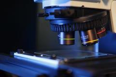 Ciérrese para arriba de las lentes del microscopio Foto de archivo libre de regalías