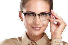 Ciérrese para arriba de las lentes que llevan sonrientes de una mujer hermosa de los jóvenes Fotografía de archivo libre de regalías