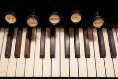 Ciérrese para arriba de las llaves y de las paradas de un viejo órgano de la bomba fotografía de archivo