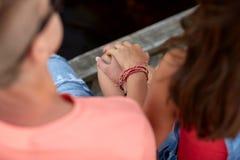 Ciérrese para arriba de las manos adolescentes felices de los pares Foto de archivo libre de regalías