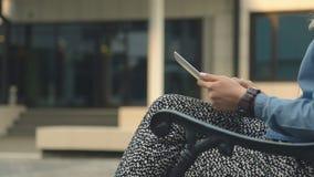 Ciérrese para arriba de las manos caucásicas de la mujer usando la tableta almacen de video
