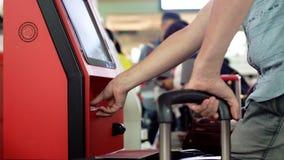 Ciérrese para arriba de las manos con el pasaporte, enregistramiento en el escritorio del esfuerzo personal en el aeropuerto, fotos de archivo