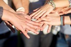 Ciérrese para arriba de las manos de la gente en el top Fotografía de archivo