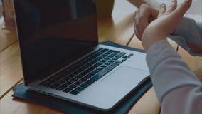 Ciérrese para arriba de las manos de la mujer que mecanografían en el ordenador portátil en café almacen de video