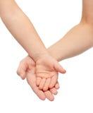 Ciérrese para arriba de las manos de la mujer y del pequeño niño junto Foto de archivo