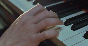 Ciérrese para arriba de las manos de los hombres que juegan en piano almacen de metraje de vídeo