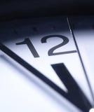 Ciérrese para arriba de las manos de reloj foto de archivo libre de regalías