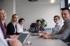 Ciérrese para arriba de las manos del hombre de negocios usando la tableta en la reunión fotografía de archivo libre de regalías