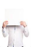 Ciérrese para arriba de las manos del hombre que muestran al tablero en blanco blanco imagenes de archivo