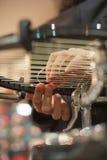 Ciérrese para arriba de las manos del larguero del tenis que hacen la encadenación de la estafa Fotografía de archivo libre de regalías