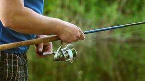 Ciérrese para arriba de las manos del pescador almacen de metraje de vídeo