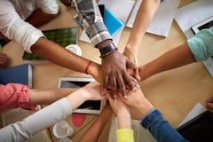 Ciérrese para arriba de las manos internacionales de los estudiantes en el top Foto de archivo