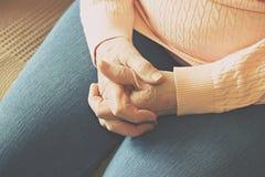 Ciérrese para arriba de las manos de la mujer madura Atención sanitaria que da, clínica de reposo Amor parental de la abuela Viej imagen de archivo
