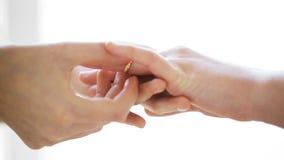 Ciérrese para arriba de las manos lesbianas de los pares con el anillo de bodas almacen de video