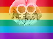 Ciérrese para arriba de las manos lesbianas de los pares con símbolo del venus stock de ilustración