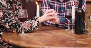 Ciérrese para arriba de las manos de los pares en el escritorio en pub del vintage almacen de metraje de vídeo