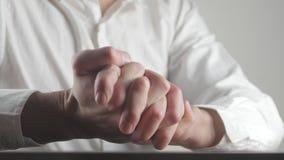 Ciérrese para arriba de las manos masculinas que expresan miedo y ansiedad El hombre saca las manos nervioso almacen de video