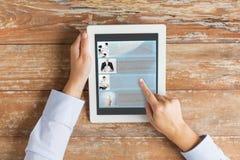 Ciérrese para arriba de las manos masculinas que muestran el blog en la PC de la tableta Fotografía de archivo