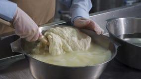 Ciérrese para arriba de las manos masculinas que se preparan y amase la pasta en cuenco escena Pasta de amasamiento del cocinero  foto de archivo