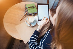 Ciérrese para arriba de las manos para mujer que sostienen la tableta digital con la pantalla en blanco para su texto de la publi Fotos de archivo libres de regalías