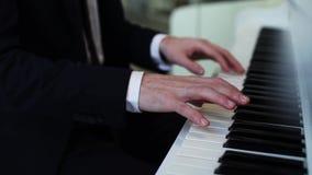 Ciérrese para arriba de las manos que juegan un piano almacen de metraje de vídeo