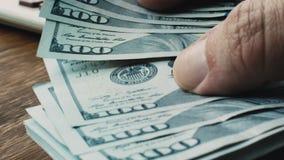 Ciérrese para arriba de las manos tacto y del dinero de la cuenta tactility almacen de metraje de vídeo