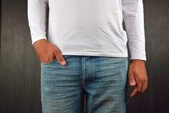 Ciérrese para arriba de las manos y de la mano derecha con el finger grande en un bolsillo Imagen de archivo
